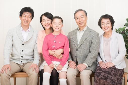 人物 日本人 家族 親子 ファミリー  三世代 二世帯 5人 両親 義両親  こども 子供 孫 娘 女の子  小学生 笑顔 スマイル 仲良し 屋内 部屋 椅子 いす 座る 並ぶ 一列   mdjf017 mdjm016 mdfk014 mdjms004 mdfs003