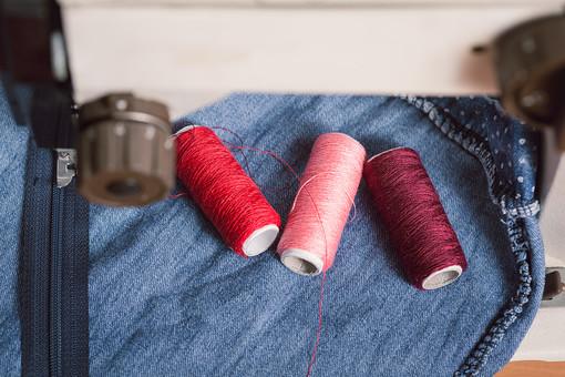 ソーイング 縫い物 裁縫 洋裁 手芸  手仕事 裁縫道具 裁縫用品 アップ 素材  趣味 ハンドメイド ホビー 生活 暮らし  小物 手縫い ファッション 縫う 針仕事 ミシン 部分 パーツ 針 機械 布 洋服 衣服 ファスナー 縫い付ける 糸 糸巻き