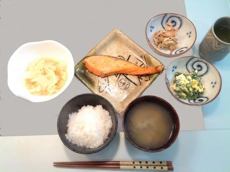栄養 健康 食事 バランス 夕食 盛り付け 管理栄養士 調理師 献立 メニュー 料理 配膳 病院 フード 表 計算 ご飯 ごはん 鮭 魚