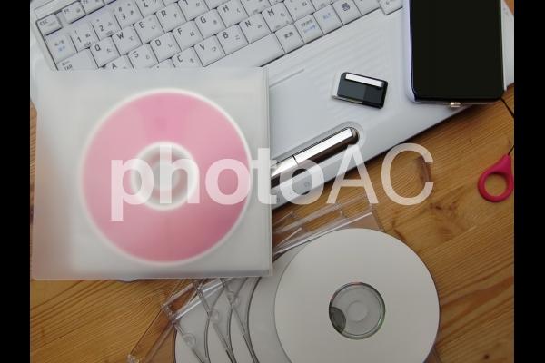 パソコンとスマートフォンとCDとDVD 1の写真