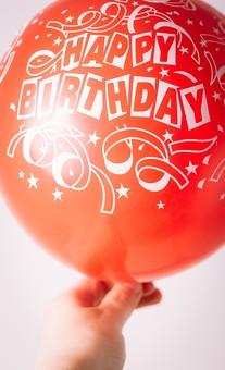 風船 ふうせん 英語 イングリッシュ 文字 誕生日 ハッピーバースデー 誕生祝い 手 持つ 人物 屋内 お祝い 赤 レッド 贈り物 ギフト 幸せ 幸福 接写 アップ ズーム 膨らむ バルーン 白バック 横から視線 Happy Birthday
