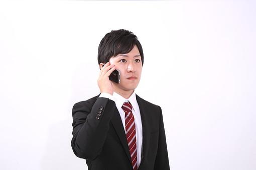サラリーマン 男 男性 会社員 若者 男子 青年 スーツ 部下 ネクタイ 背広 営業 営業マン 社会人 ビジネスマン ビジネス 人物 社員 日本人 新入社員 20代 仕事 真面目 就職活動 スマホ スマートフォン スマートホン アイホン アイフォン iPhone 電話 スタジオ 白バック 白背景 若い mdjm004