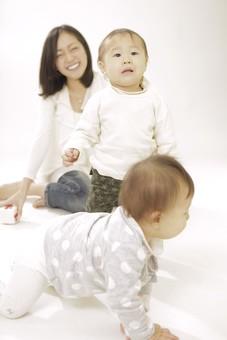 親子 母子 親 おや 母 母親 ママ マザー 子ども 子供 子 赤ちゃん 赤ん坊 乳児 幼児 ベイビー 絆 笑顔 笑う 女性 女 人物 触れ合い ふれあい 全身 室内 部屋 座る 姉妹 兄弟 ハイハイ 日本人 mdfk006 mdfk008 mdjf016