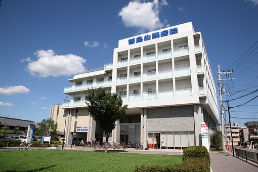 病院 総合病院 医院 建物 施設 医療施設 医療機関 医療 クリニック 外観 入院施設 病棟 日本 風景 景色 青空 雲 快晴 木 緑 葉 葉っぱ 自転車 駐輪場 芝 芝生 福祉