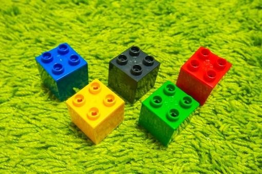 オリンピック 五輪 ブロック おもちゃ 玩具 子供 あかちゃん 赤 緑 黒 黄色 青 絨毯 芝生 選手 競技 競う キューブ 四角 カラー