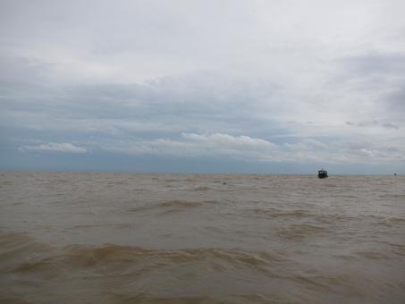 カンボジア 湖 みずうみ トンレサップ湖 トンレサップ 濁った水 雨期 大きな湖 にごった水