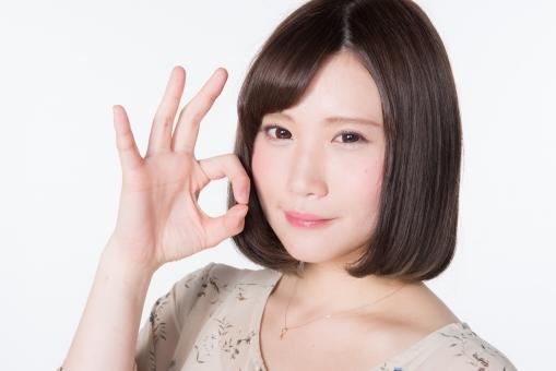 OKサインをする女性の写真
