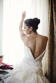 人物 女性 外国人 モデル 雑誌 20代 美人 若い バレリーナ お団子 お団子頭 まとめ髪 黒髪 アップ 衣装 白い キャミソール レース スタイル ドレス ウェディングドレス ドレスアップ 準備 綺麗 素肌 室内  ポーズ カーテン 窓 mdff008