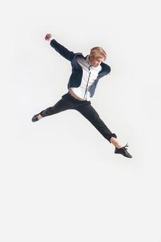 ダンス ダンサー ポーズ 体勢 姿勢 体位 ステップ 踊る 踊り 運動 スポーツ 振り付け 振付 振り 男性 男 外国人 金髪 若い 全身 手 腕 上げる 後ろ 腕を振る 足 脚 伸ばす 開く 開脚 飛ぶ ジャンプ 跳躍 俯く 背景 白 ホワイト mdfm074