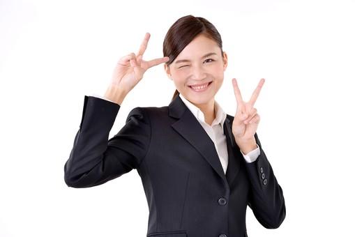 人物 日本人 女性 若い 若者  20代 スーツ 就職活動 就活 就活生  社会人 OL ビジネス 新社会人 新入社員  フレッシュマン 面接 真面目 清楚 屋内  白バック 白背景 上半身 ピース ピースサイン ダブルピース 笑顔 成功 合格 内定 嬉しい うれしい 喜ぶ ビジネスマン mdjf007
