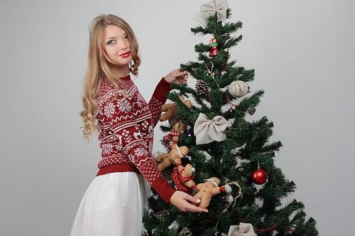 白バック 白背景 グレーバック 外国人 白人 金髪 ブロンド 20代 30代 女性 セーター ニット ノルディック柄 スカート クリスマス Christmas X'mas クリスマスツリー ツリー モミ もみの木 樅の木 モミの木 飾り オーナメント ボール リボン ブーツ 松ぼっくり 立つ 持つ 笑顔 スマイル 笑う 微笑む ガーランド ジンジャーブレッドマン ジンジャークッキー 柊 ヒイラギ ひいらぎ 飾り付け mdff129