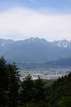 空 外 屋外 景色 風景 森 林 山 樹木 自然 樹 木 植物 高地 葉 緑 雲 葉 原っぱ 高原 田舎 のどか 山脈 残雪 村 農村