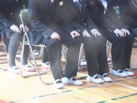 着席 パイプ椅子 椅子 体育館 靴 上履き スーツ 上履 入学式 卒業式 小学校 中学校 人物 反射 光 学校素材 セミナー 演説 発表会 朝礼 出し物 男子 女子 足 手 子供 少年 女性 男子 女子