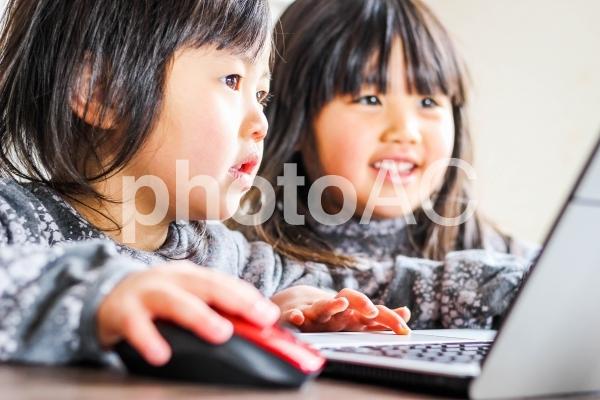 子どもとパソコンの写真