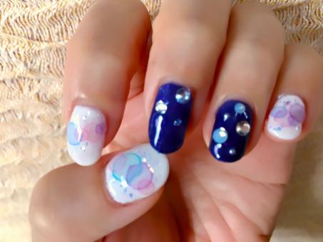 ネイル ジェルネイル nail ネイルサロン 紺色 ブルー 水滴模様 梅雨仕様 梅雨ネイル 白 ピンク 水色 指 爪 ゆび つめ 女性 パーツ 屋内 夏仕様 小道具なし 手のみ 夏ネイル