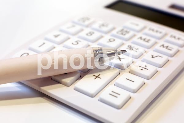 白い電卓の写真