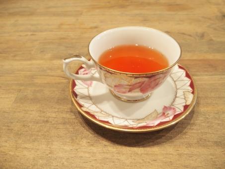 紅茶 ティー お茶 ホットティー 温かい飲み物 ティーカップ くつろぎ リラックス 体を温める 健康 美容 カフェ カップソーサー