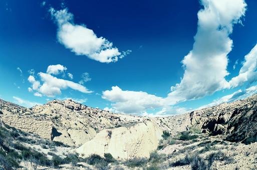 スペイン 外国 海外 ヨーロッパ 欧州 外国風景 海外風景 自然 空 雲 青空 晴天 晴れ 景色 風景 大地 土 エネルギー 乾燥 植物 山 崖 斜面 日光 日差し 雲の影 流れる雲 大きい雲