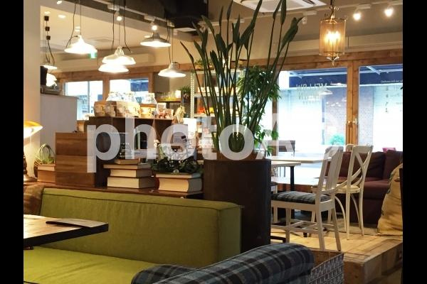 オシャレな内装のカフェの写真