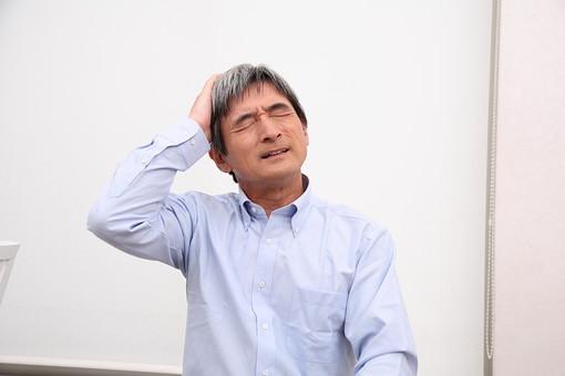 シニア 老人 おじいちゃん おじいさん 中年 困った 困る 考え事 悩む 白髪 真剣 頭痛 かかえる 問題 人物 男性 日本人 60代 上半身 ポーズ 表情 参った 頭を抱える 失敗 間違える 過ち シニアライフ mdjm013