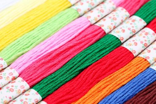 糸 紐 手芸 裁縫 裁縫糸 刺繍糸 木綿糸 木綿 工芸 繊維 縫う 縫製 縫製材料 色 カラフル 色とりどり 素材 材料 刺繍 綿 趣味 背景 バックグラウンド 一面 パターン 模様 質感 テクスチャ テクスチャー クローズアップ アップ スタジオ撮影 並ぶ たくさん 沢山 赤 赤色 黄色 緑色 青 青色 ピンク色 ピンク 桃色 無人