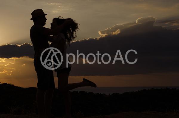 抱き合うカップルのシルエット3の写真