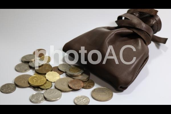 皮袋とアジアの硬貨いろいろの写真