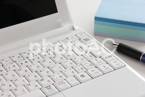 パソコンとメモ帳の写真