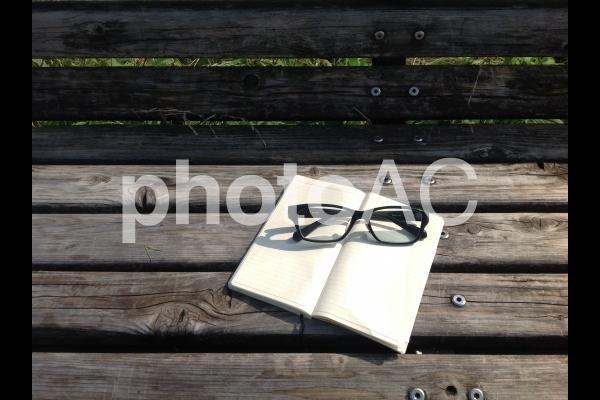 手帳とメガネの写真