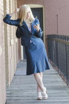 女性 女 おんな 金髪 全身 外国人 白人 携帯 携帯電話 30代 若い オフィス 仕事 会社 キャリアウーマン ワーキングウーマン ビジネス もたれる 壁 肘 心配 不安 青 スーツ 真剣  屋外 mdff060