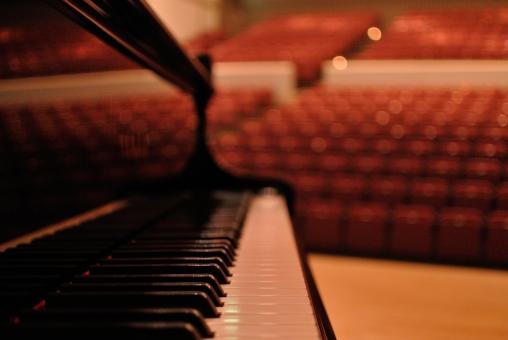 ピアノ 鍵盤 白と黒 客席 劇場 演奏会 光点暈け