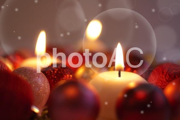 キャンドルの灯りとオーナメントの写真