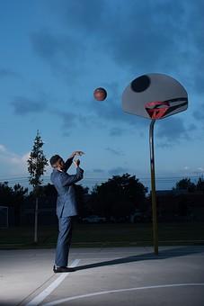 屋外 コート 人物 外国人 黒人 黒髪 男性 20代 30代 若者 スポーツ選手 アスリート モデル バスケット バスケットボール ボール ゴール スポーツ ワイシャツ ジャケット 上着 イケメン ハンサム かっこいい スタイリッシュ クール ファッション 練習 トレーニング シュート 投げる 全身 mdfm054
