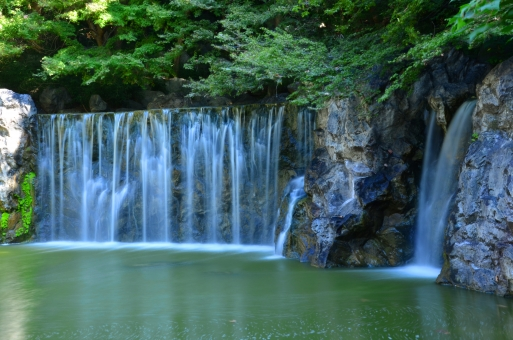 鶴見緑地 花博記念公園 大阪 鶴見区 滝 水しぶき 水 水滴  水流 流れ 緑 岩場