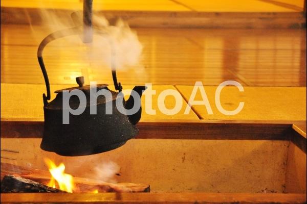 囲炉裏の鉄瓶の写真