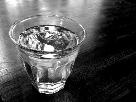 水 みず water aqua ミネラルウォーター アクア 飲み物 飲料水 水道水 液体 グラス コップ ガラス お冷 おひや モノクローム 白黒 モノクロ写真 モノクロ画像 デザイン 構図 素材 冷水 クリア 透明感 健康 美容 バックグラウンド 背景 夏
