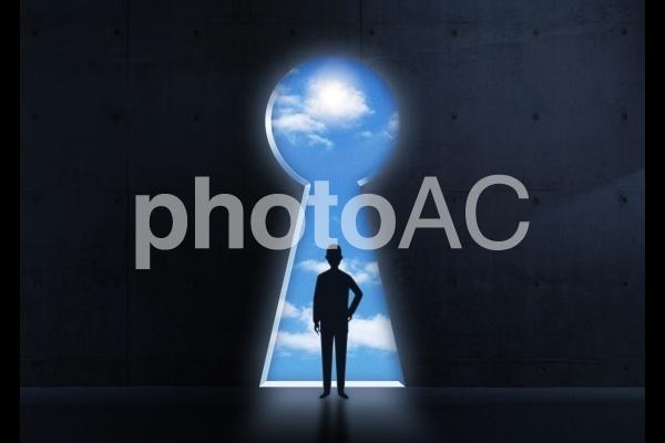 鍵穴と空イメージの写真
