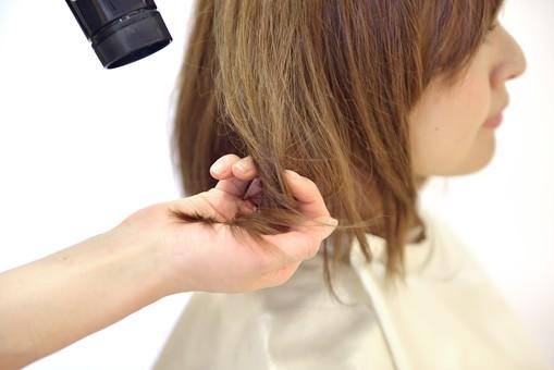 人物 女性 日本人 若い 若者   20代 お客 モデル カットモデル 美容室   美容院 ヘアーサロン  仕事 職業 美容師   屋内 白バック 白背景  カット ヘアカット セミロング   美容 ビューティー おしゃれ オシャレ 髪の毛 乾かす ドライヤー ブロー mdjf003