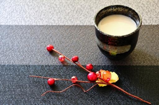 甘酒 カンシュ 伝統 甘味 甘味飲料 甘粥 米 米こうじ 酒粕 ソフトドリンク 日本の伝統 夏 秋 冬 冷たい 温かい あたたかい あったかい 熱い 栄養ドリンク 栄養豊富 甘酒造り 正月 祭り お祭り ブドウ糖 ビタミン 食物繊維 グルタミン 栄養剤 生姜汁 温まる あたたまる 暖まる 甘い 飲みやすい 一息 休憩 美容 健康 カロリー 飲む点滴 栄養 美肌効果 便秘解消 米麹 砂糖 エネルギー エネルギー源 壁紙 背景 テクスチャ 素材 コップ 湯呑み カップ 黒 グレー ビーズ 赤い玉 赤いビーズ シック