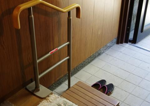 介助 介護 介護保険 安全 医療 安心 家族 手すり 生活補助 老人 腰痛 膝痛 補助 要介護 転落防止 階段 下足 玄関 着脱 靴を履く