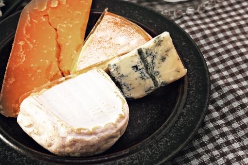 食べ物 食物 食材 食品 飲食 フード 乳製品 チーズ 乳酸菌 発酵 熟成 カビ 牛 羊 イタリア フランス ドイツ オランダ ヨーロッパ 白カビ 青カビ ブルーチーズ ウォッシュチーズ 皿 盛り合わせ 盛り付け 前菜 おつまみ チェック ギンガムチェック