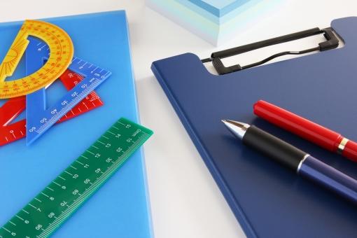 筆記用具 ツール ビジネス 事務用品 ファイル ペン 付箋紙 カラフル 定規 スケール 背景 素材 背景素材 壁紙 小物 デスク 机 事務所 仕事 打ち合わせ アイデア クリエイティブ クリエイティヴ 創造性 プレゼンテーション 提案 作業 資料作成 設計 企画