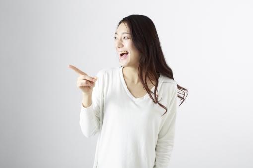 女性 女 女子 ウーマン woman 20代 30代 モデル 美人 長髪 おすすめ ポーズ 黒髪 日本人 白背景 白バッグ   レディ lady  指差す 教える 告知 知らせる   笑顔 スマイル smile 微笑む えがお 笑う   ロングヘアー mdjf010