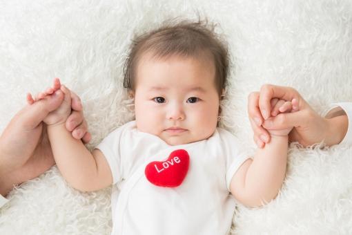 両親と手をつなぐ赤ちゃん(涙)の写真