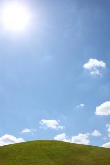 風景 芝生 丘 空 青空 晴れ 快晴 余白 コピースペース スペース 自然 雲 植物 草 芝 公園 草原 高原 野原 原っぱ 緑 緑色 背景 屋外 無人 逆光 太陽 太陽光 光 光線 太陽光線 明るい 青 白 青色 イメージ 人物なし さわやか 爽やか 春 夏 空間 眩しい まぶしい
