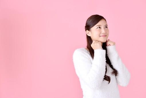 人物 女性 日本人 若者 若い  20代 美人 かわいい ロングヘア カジュアル  ラフ 私服 セーター ニット 屋内  スタジオ撮影 背景 ピンク ピンクバック ポーズ  おすすめ 上半身 うれしい 嬉しい 喜び 期待 わくわく ワクワク ドキドキ 見上げる 余白 コピースペース やったー mdjf007