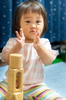 人物 日本人 自信 部屋 屋内 室内 ポートレート 楽しい 見る 喜び 嬉しい 子供 遊ぶ 男の子 家 積む 積み木 知育 女の子 幼児 こども 子ども 遊び 笑う 喜ぶ 見つめる 微笑む 子育て 赤ちゃん 人間 幸福 顔 育児 幸せ アジア人 1人 微笑み 拍手 肖像画 純粋 ハッピー エンジョイ 2歳 無垢 1歳 人物写真 日本のこども