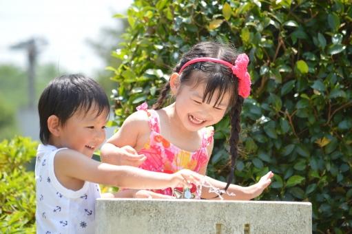 水遊び 水 遊ぶ 子供 子ども こども 男の子 女の子 子供達 子供たち 笑う 笑顔 楽しい 喜ぶ はしゃぐ 夏 水道 公園  mdfk023