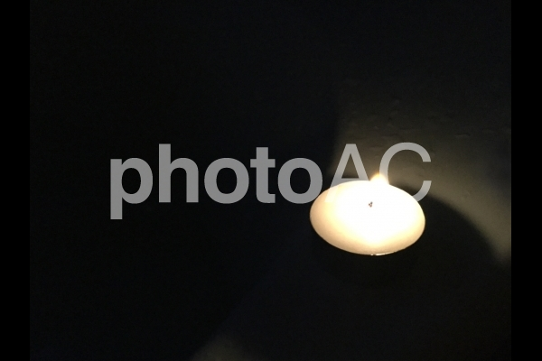 暗闇の中のロウソクの写真