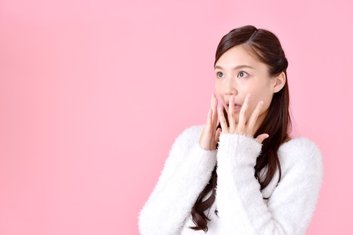 人物 女性 日本人 若者 若い  20代 美人 かわいい ロングヘア カジュアル  ラフ 私服 セーター ニット 屋内  スタジオ撮影 背景 ピンク ピンクバック ポーズ  おすすめ 上半身 ショック ハッとする 驚く 口に手を当てる 両手 mdjf007